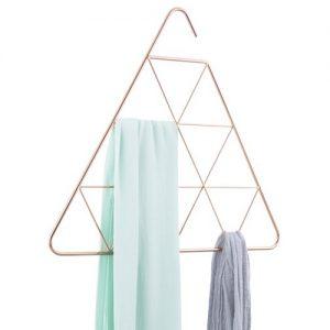 Wyróżniający się niezwykłą praktycznością oraz pomysłowością wykonania elegancki wieszak przeznaczony na apaszki oraz chusty, który kształtem przypomina trójkąt. Nasze ulubione ozdoby wieszamy używając specjalnych przestrzeni...
